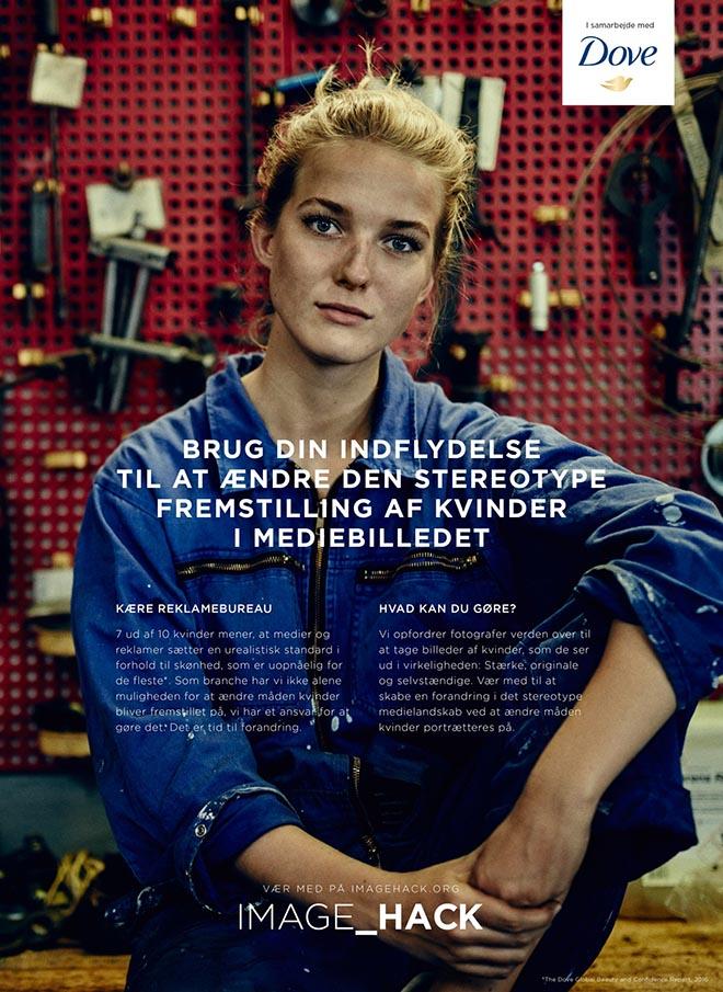 image hack poster femme blonde bricoleuse