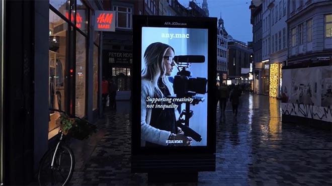 image hack poster femme camera créativité