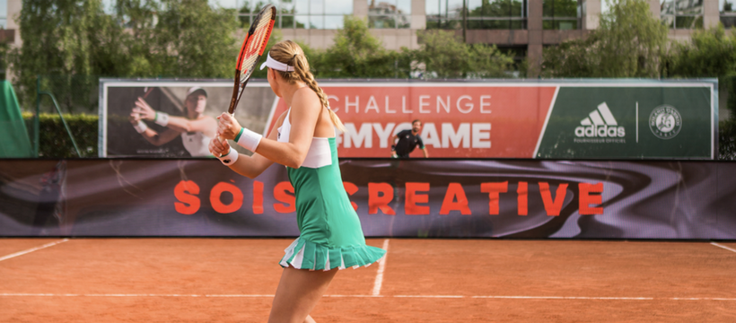 tenniswoman joue avec un filet interactif