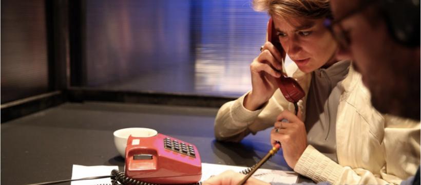 femme étonnée au téléphone