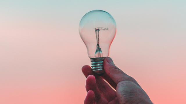 ampoule tenue par une main d'homme
