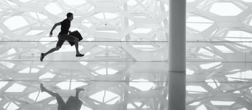 Homme qui court dans un immeuble