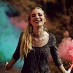 femme souriante fusées couleurs