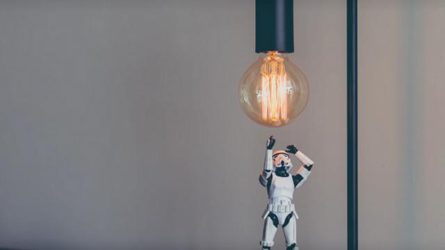 stormtrooper en dessous d'une ampoule