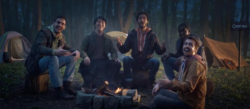 bande d'amis autour d'un feu de camp