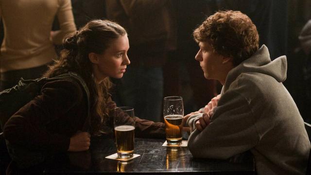 deux personnes autour d'une table