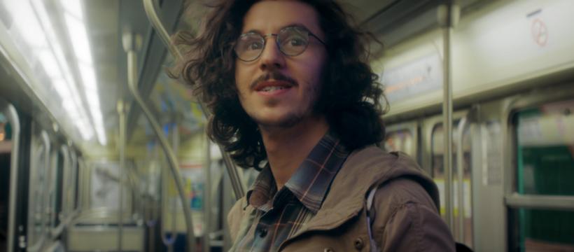 homme à lunettes dans le métro