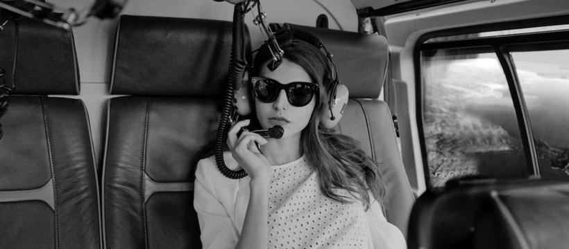 femme dans un hélicoptère