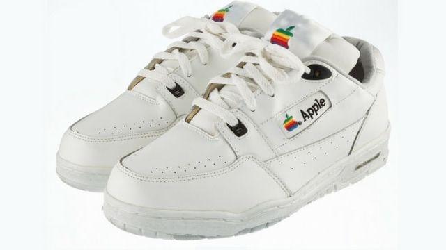 des baskets Apple aux enchères
