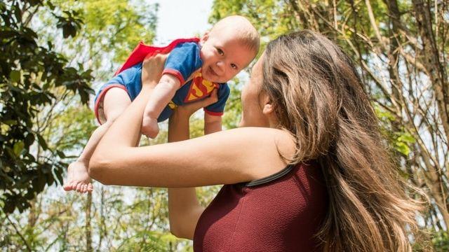 Bébé dans les bras d'une jeune femme