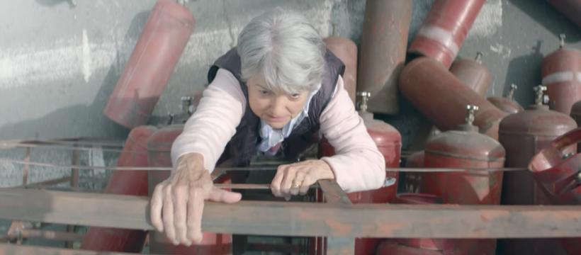 personne âgée monte sur du gaz