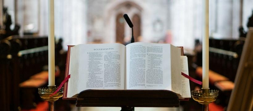 Livre religieux dans église