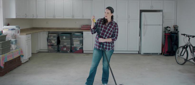 une femme fait le ménage