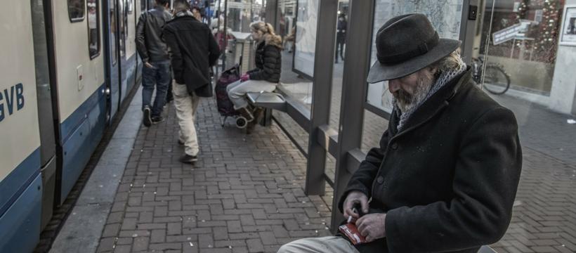 Sans-abri sur le quai d'une gare
