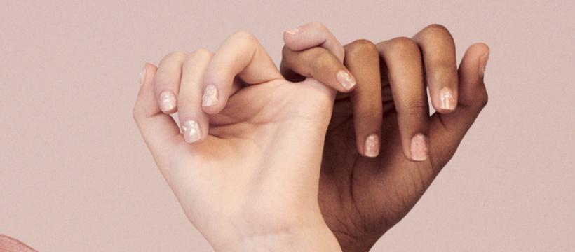 deux mains s'enlacent