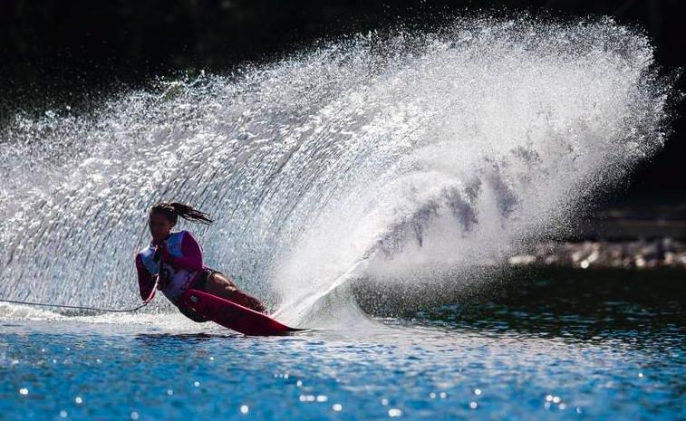 une femme fait du ski nautique