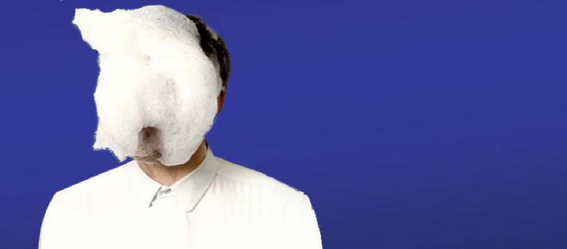 homme au visage rempli de savon