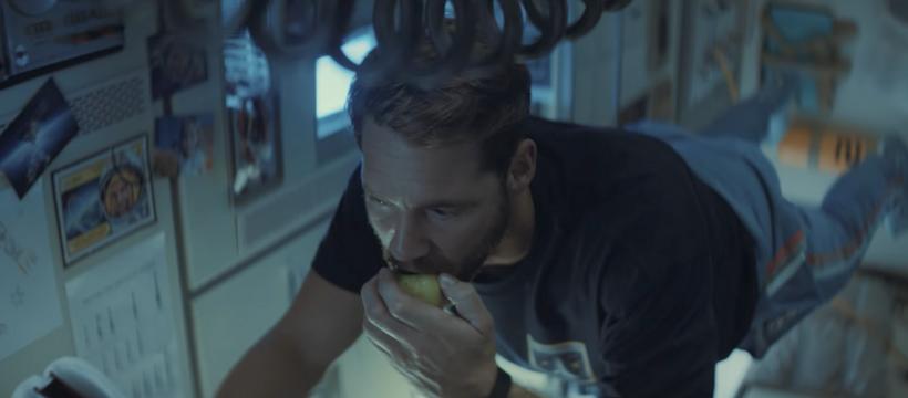 un homme mange dans l'espace
