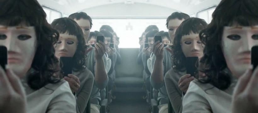 black mirror, passagers d'un bus aux visages masqués braqués sur leurs smartphones