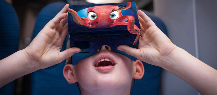 un enfant teste l'eurostar oddyssey avec un casque de réalité virtuelle