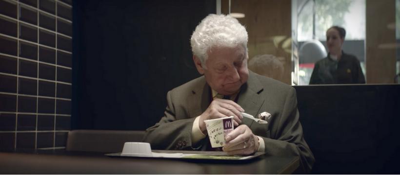 un grand-père se tâche avec du McFlurry