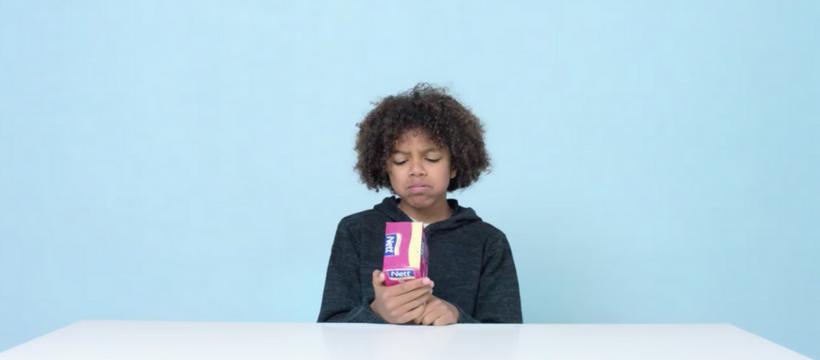 enfant face à une boîte de tampons