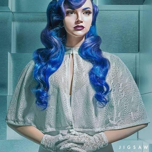 femme aux cheveux bleus pour la campagne Jigwan LGBTQ+ Lionsgate