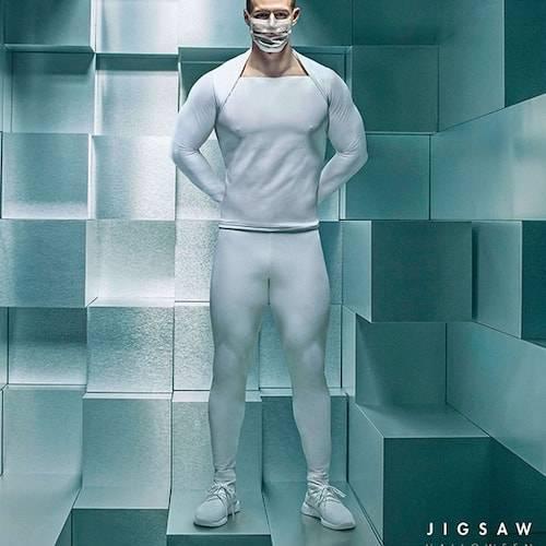 un homme en latex blanc pour la campagne Jigwan LGBTQ+ Lionsgate