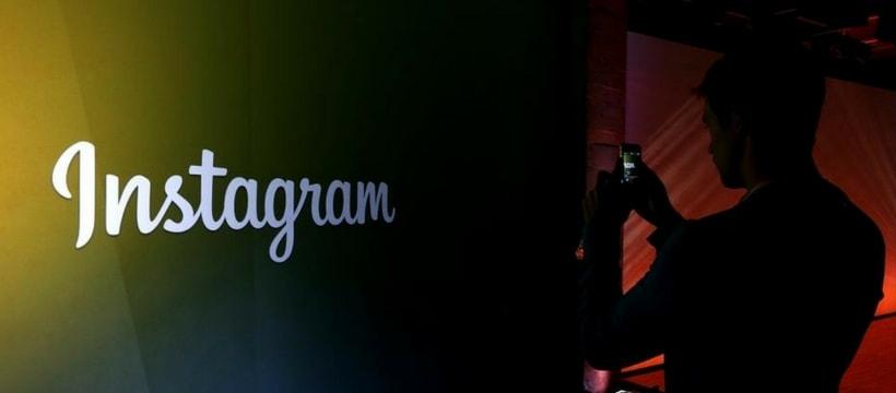 un homme filme le logo instagram