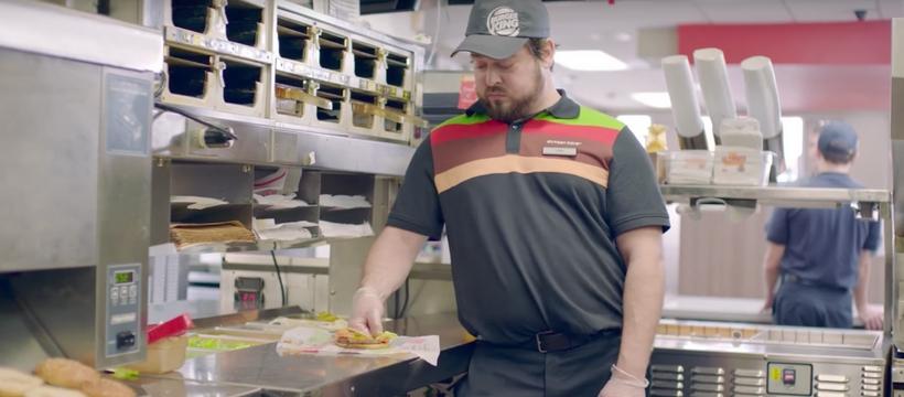 Un employé de Burger King écrase un burger