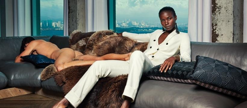 Un homme nu sur un canapé à côté d'une femme de pouvoir