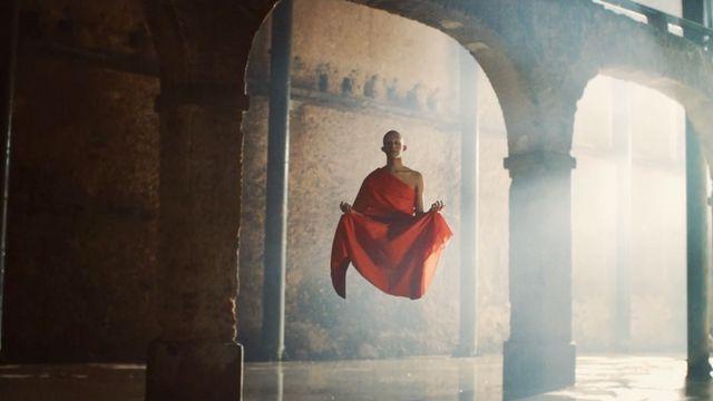 Moine bouddhiste dans le spot pour Valongo International Image Festival