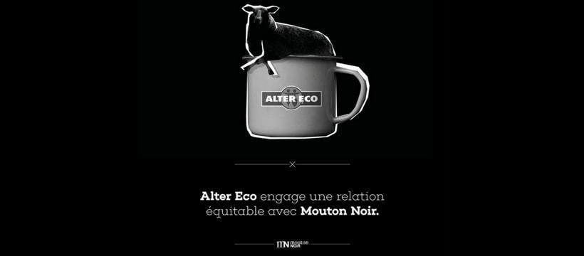 mouton allonge dans une tasse de cafe