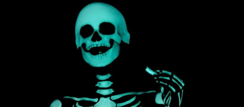 squelette qui mange un carambar