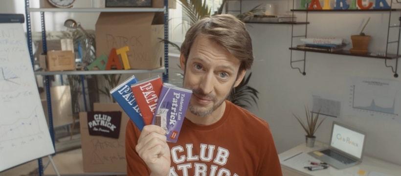 fondateur de club patrick brandissant des barquettes de chocolat