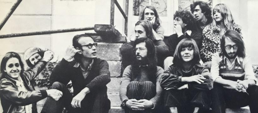 photo dun groupe de jeune des annees 70 ils sont assis sur des escaliers