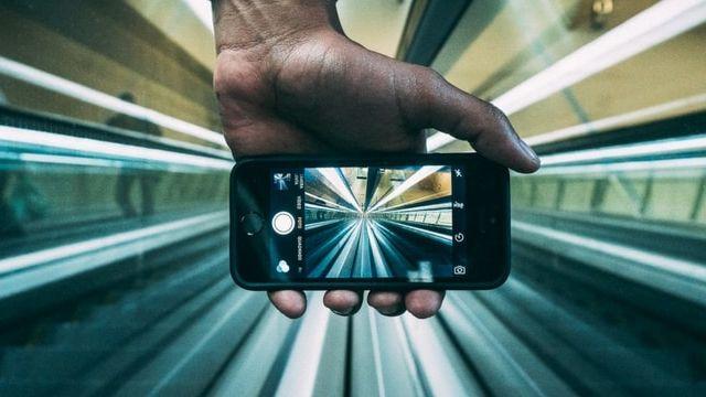 smartphone dans le metro