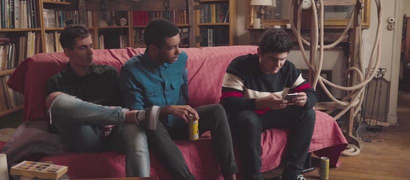 trois amis assis sur un canape