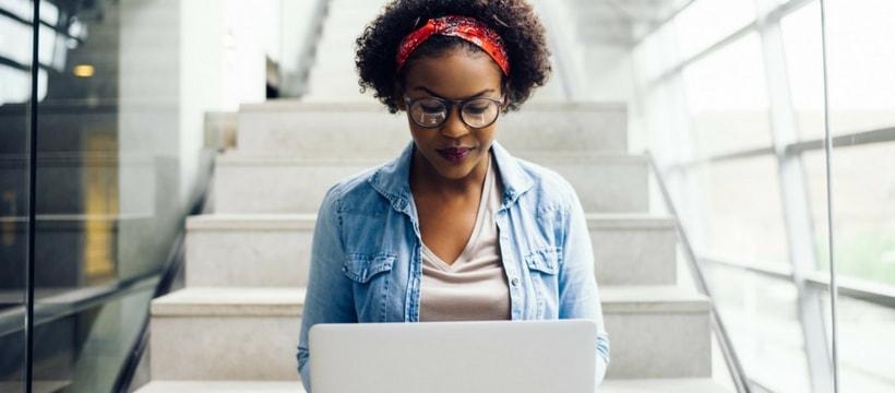 Une jeune femme utilisant un ordinateur