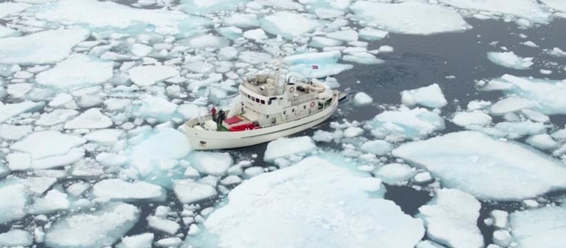 Bateau de recherche traversant les glaciers