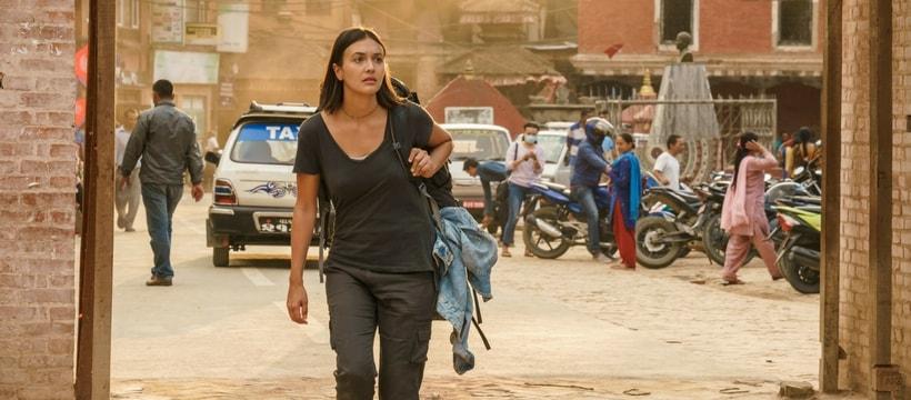 femme qui marche avec un sac a dos