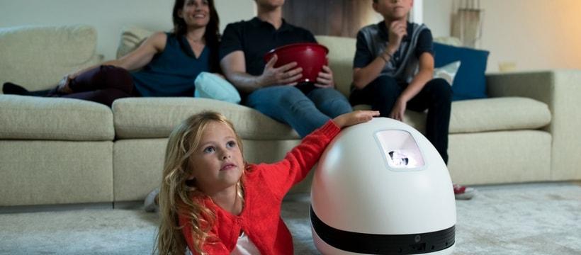 famille qui regarde la tele grace au robot keecker
