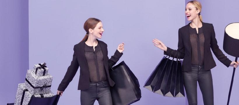 deux femmes faisant du shopping