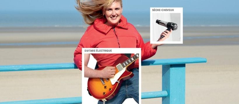 femme sur le plage avec une guitare lespaul