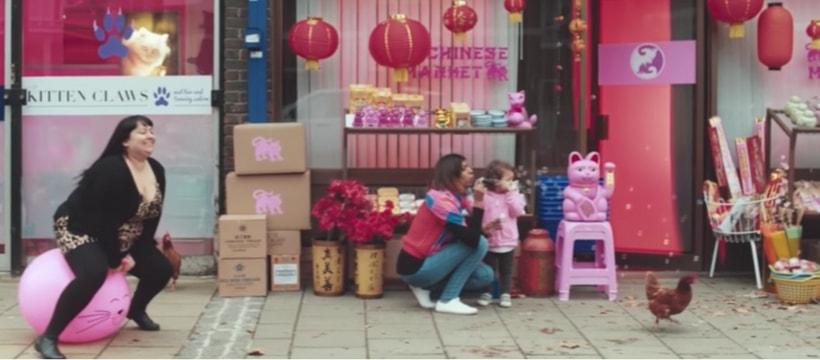 femme qui saute avec un ballon counce chat chinois et enfant
