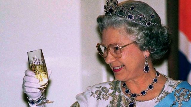 la reine elizabeth boit un verre