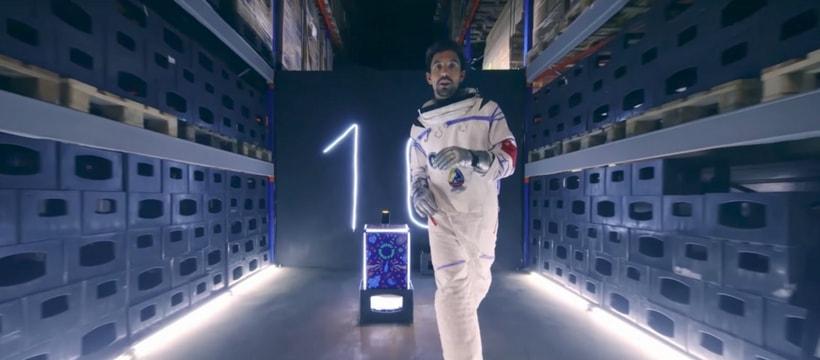 homme deguise en astronaute