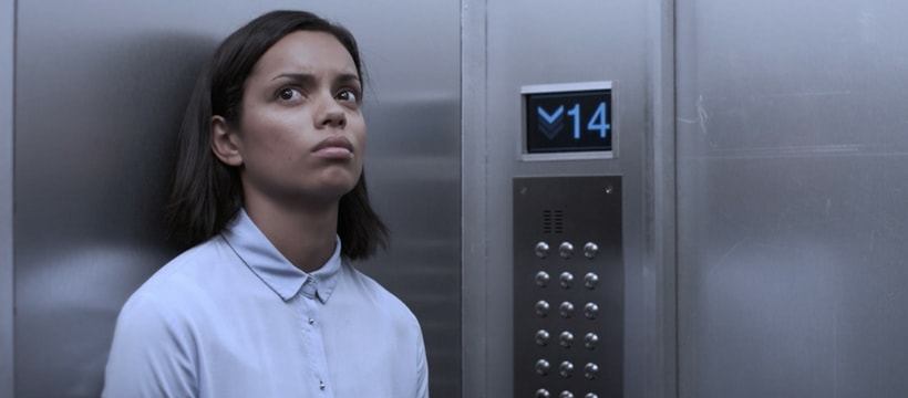 femme bloquee dans un ascenseur