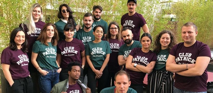 photo de groupe avec tshirts assortis