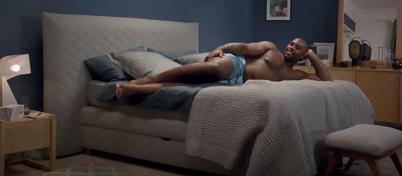Teddy Riner allonge sur son lit